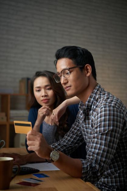 若いカップルがオンラインでクレジットカードで支払い 無料写真