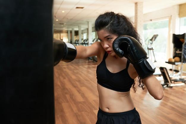 ボクシンググローブでジムでトレーニング女性のボクサー 無料写真