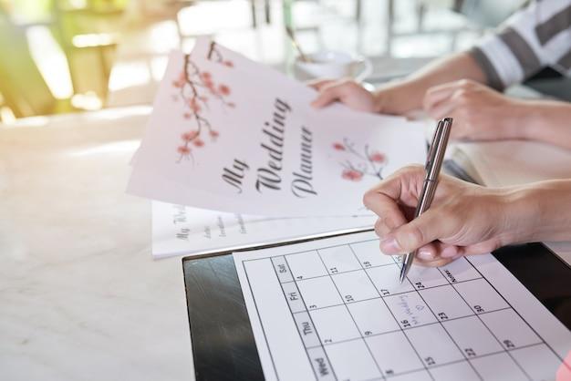 Вид сбоку двух неузнаваемых людей, планирующих день своей свадьбы Бесплатные Фотографии