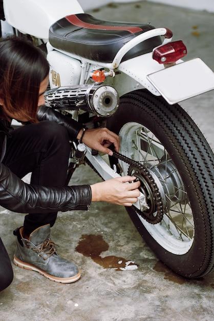 彼の自転車を修理するバイカーのトップアングルビュー 無料写真