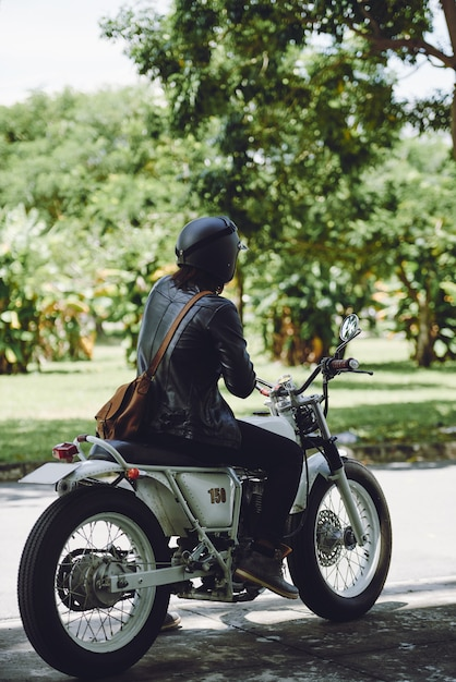 Вид сзади неузнаваемый мужчина езда на велосипеде в солнечный день Бесплатные Фотографии
