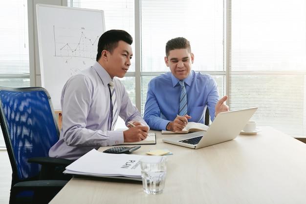 ビジネスオーナーに新しいアイデアを説明するトップマネージャー 無料写真