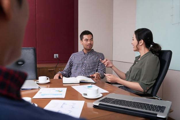Через плечо мнение бизнес-команды мозгового штурма на короткой встрече Бесплатные Фотографии
