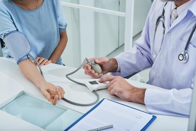 眼圧計で認識できない患者の血圧を測定する匿名の医師 無料写真