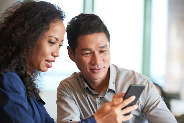 スマートフォンでニュースを読む 無料写真