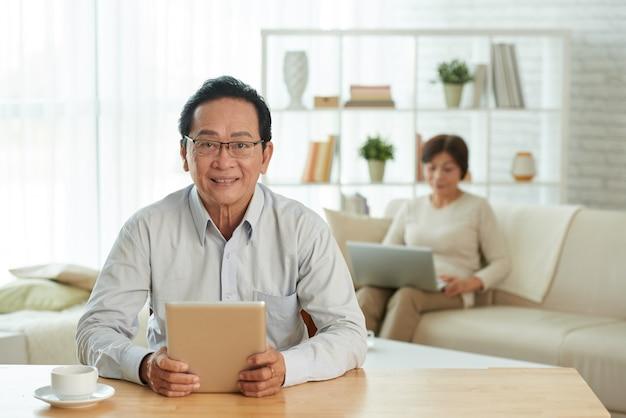 デジタルタブレットで年配の男性 無料写真