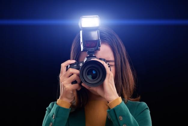 カメラのフラッシュを使用する 無料写真