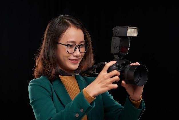 アジアの女性写真家の写真を撮るの胸の肖像画 無料写真