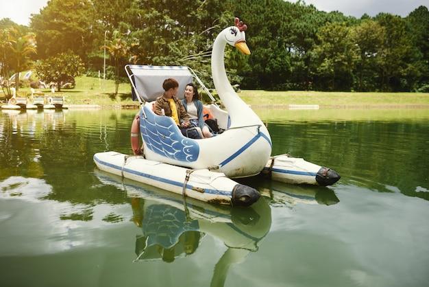 ボートに乗って楽しむ 無料写真