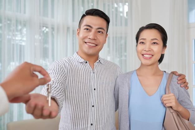 陽気なカップル購入アパート 無料写真
