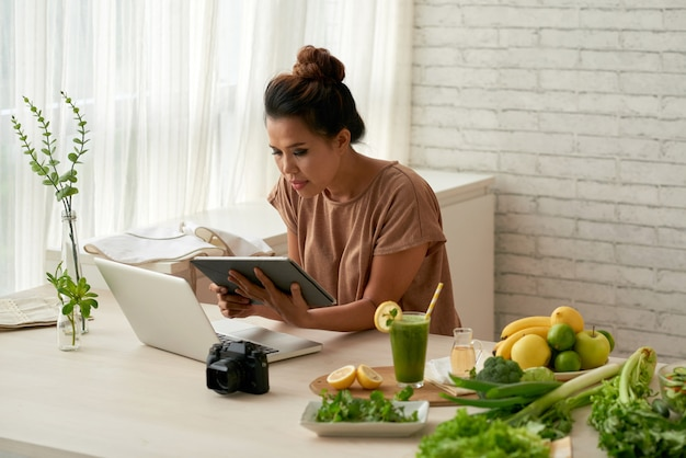 オンラインで良いレシピを探しています 無料写真
