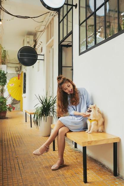 Девушка играет с собакой Бесплатные Фотографии