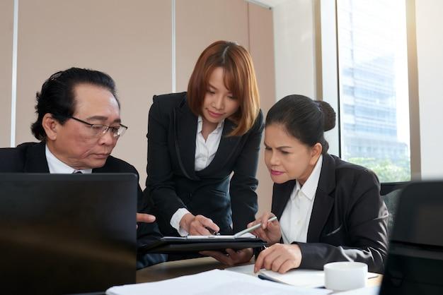 ビジネス文書の分析 無料写真