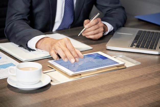 テーブルでタブレットを使用して作物の実業家 無料写真