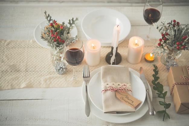Обеденный стол украшен новогодней атрибутикой Бесплатные Фотографии