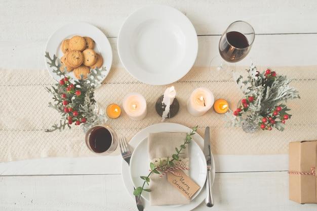 美しく配置されたクリスマスディナーテーブルのトップショット 無料写真