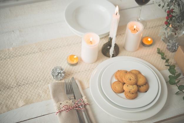 クリスマスディナーのテーブルの上のクッキーのプレート 無料写真