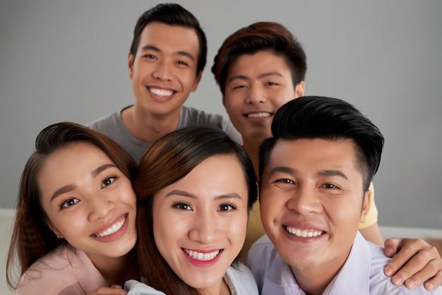一緒にポーズアジアの男性と女性の友人のグループ 無料写真
