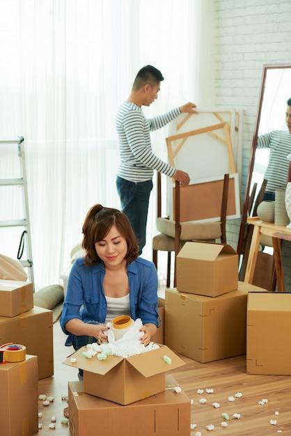 Полный снимок пары, распаковывающей вещи в новой квартире Бесплатные Фотографии