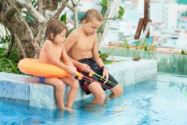 おもちゃの棒で遊ぶ子供たち 無料写真