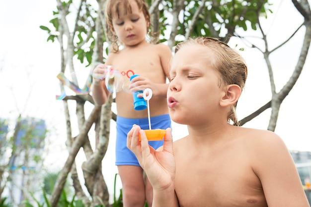 シャボン玉を吹く子供たち 無料写真