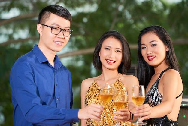 パーティーで若い人たち 無料写真