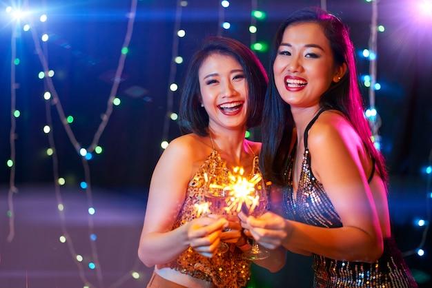 パーティーを楽しむ若い女性 無料写真