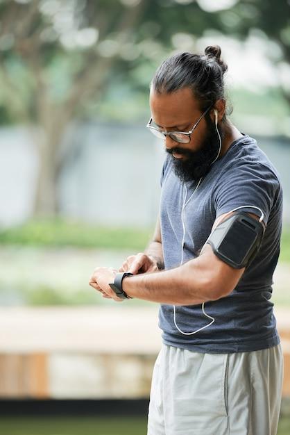 Индийский бегун проверяет время Бесплатные Фотографии