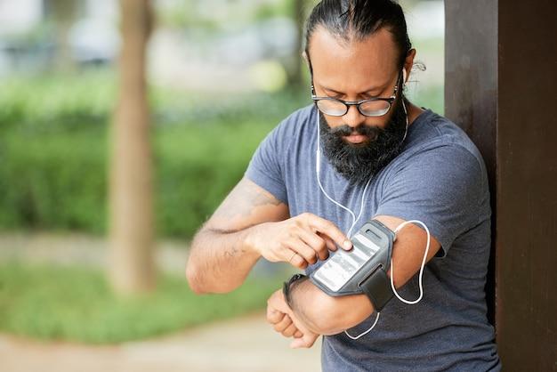 ランナーのスマートフォンをオンにする 無料写真