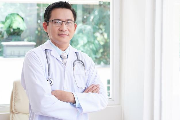 Профессиональный врач в офисе Бесплатные Фотографии