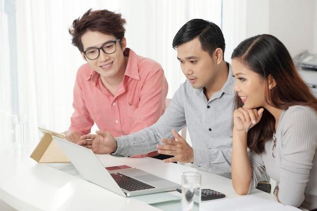 Группа современных этнических коллег, наблюдая за ноутбук Бесплатные Фотографии
