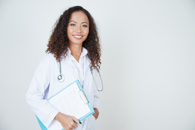 Доктор стоит с карточкой здоровья Бесплатные Фотографии