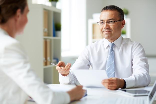 インタビューをしている男性幹部 無料写真