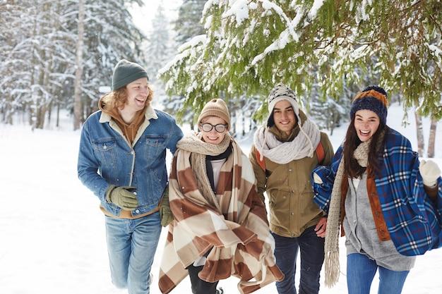 冬のリゾートで幸せな若者 無料写真