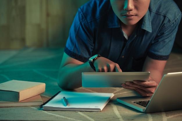 夜勉強している学生 無料写真