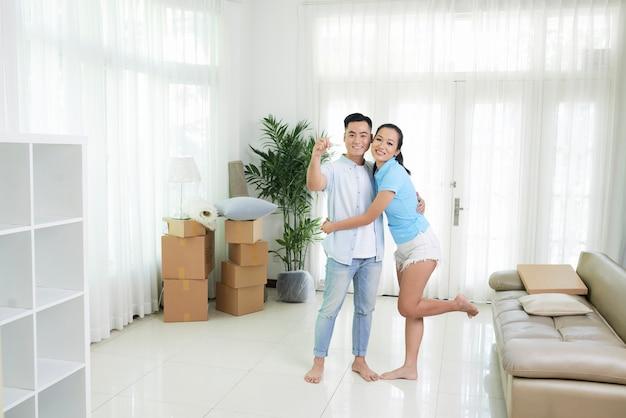 Веселая пара в новой светлой квартире Бесплатные Фотографии