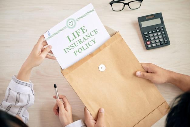 Люди с договором страхования жизни Бесплатные Фотографии