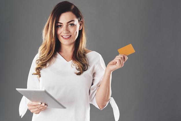 タブレットとクレジットカードを持つ女性 無料写真