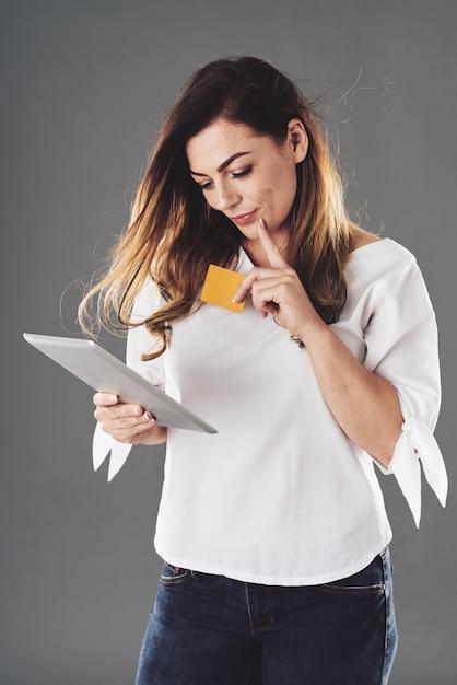 オンラインショッピングを行う若い女性 無料写真