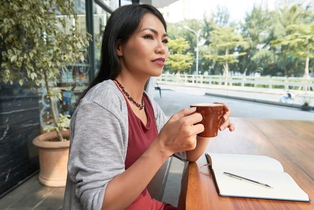カフェでコーヒーを飲む女性 無料写真