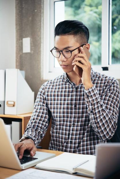 Офис-менеджер разговаривает по телефону Бесплатные Фотографии