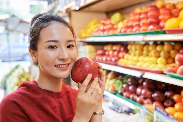 Азиатская женщина с красным яблоком Бесплатные Фотографии