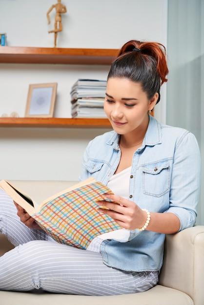 本を読む女 無料写真