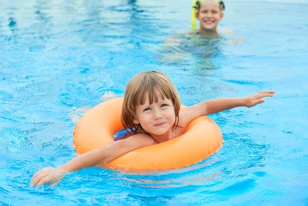 Девушка в бассейне Бесплатные Фотографии