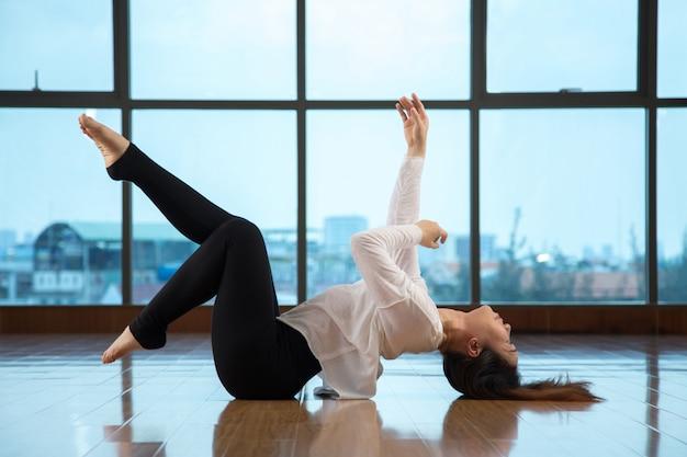 踊りながら床に横たわってアジアの女性 無料写真