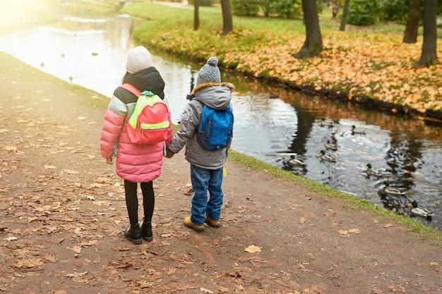 水による子供 無料写真