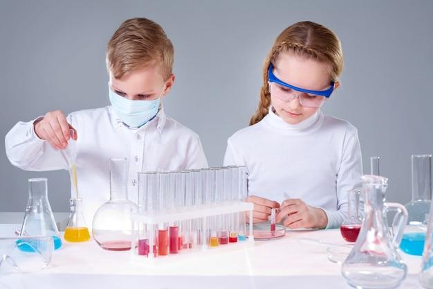 化学の授業に集中学生 無料写真