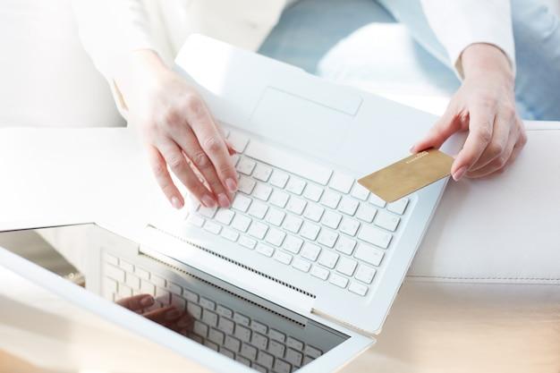トップノートパソコンのビューとクレジットカード 無料写真