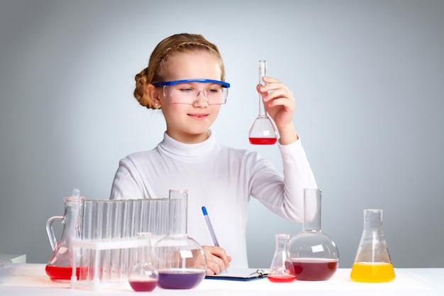 学校で化学を勉強瞳 無料写真
