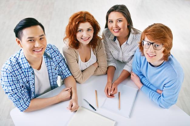Студенты, работающие в команде в колледже Бесплатные Фотографии